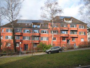 Solarwärmeanlagen für Warmwasser auf Mehrfamilienhäusern werden immer beliebter, © Swissolar