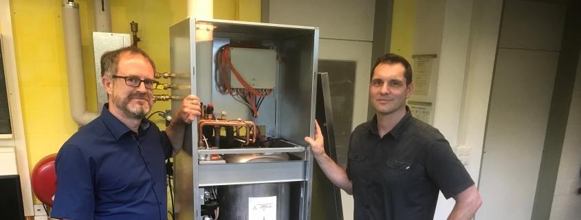 Die HEXIS-Ingenieure Dr.-Ing. Andreas Mai (links) und Thomas Zähringer mit dem Demonstrator des Brennstoffzellen-Geräts 'DaVinci'