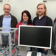 Bildelegende: Entwickeln an der Hochschule für Technik Rapperswil (HSR) einen Energiespeicherzyklus auf der Basis von Aluminium (v.l.n.r.): Dr. Michel Haller, Dr. Mihaela Dudita, Ivo Caduff und Dominik Amstad. (Foto: B. Vogel)