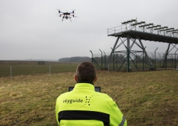 Von der ersten Idee der Drohne bis zum ersten Einsatz vergingen rund zwei Jahre. Die Drohne nähert sich den Sendern des Instrumentenlandesystems (ILS) (rechts im Bild).