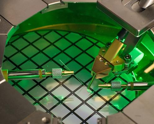 Ein sogenannter «Wafer-Prober » im ETH-Labor von Ulrike Grossner. Eigenschaften von Bauelementen können schon vor der endgültigen Vereinzelung und der Weiterverarbeitung in Modulen auf ihre Funktionsfähigkeit getestet werden.