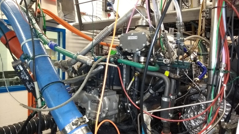 Vue sur le banc d'essai des moteurs: la pompe du recyclage des gaz d'échappement (RGE) se trouve en haut à droite.